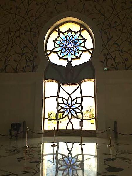visiting the sheikh zayed grand mosque © hollydayz